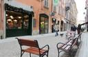 """L'arredo urbano che ha trasformato via Castellaro in un """"salotto"""" cittadino"""