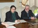 L'assessore Francesca Maletti e Giorgio Bonini di Porta Aperta durante la firma