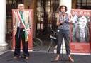 Il sindaco Giorgio Pighi sul palco di piazza Grande con la rappresentante del comitato Primo marzo Nora Sigman