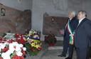 Gli assessori Gabriele Giacobazzi e Stefano Prampolini davanti alla tomba di Enzo Ferrari