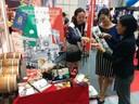 Expo turismo Tokyo 2 miss giapponesi assaggiano il balsamico.jpg