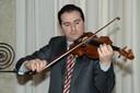 il maestro Fedeli mentre suona il violino di Stradivari