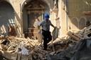 5_volontario recupera opere da una chiesa.jpg