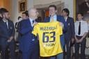 Il sindaco Muzzarelli con la maglia del Modena Fc