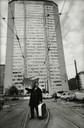 Milano 1968 Grattacielo Pirelli, piazza Duca d'Aosta, foto di Uliano Lucas.jpg