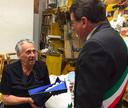 Il sindaco Muzzarelli dona La Bonissima all'architetto Leonardi