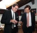 Il sindaco Muzzarelli con l'ambasciatore coreano Jong-Hyun Choi nell'Acetaia comunale
