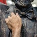 statua Luciano Pavarotti di Stefano Pierotti particolare papillon foto Mara Mazzei.jpg