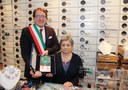 sindaco muzzarelli e dina serafini consegna targa botteghe storiche.jpg