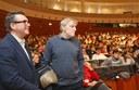 Gino Strada e l'assessore Cavazza davanti alla platea di studenti