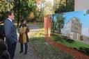 Il sindaco Muzzarelli e l'assessora Guadagnini di fronte al rendering collocato all'ingresso di Villa Ombrosa