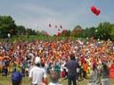 """""""Scuola sport"""": lancio di cappellini in un'edizione recente della festa"""