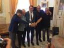 Da sinistra Domenico Cannizzaro (Big Bang srl), Vittorio Costa (legale di Vasco Rossi), il sindaco Gian Carlo Muzzarelli, Silvano Taiani (Best Union Company spa) e Rolando Rivi (Studio's)