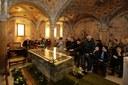 san geminiano preghiere nella cripta al sepolcro del santo.jpg