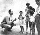 Danilo Dolci  con alcuni bambini