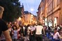 notte bianca gente in strada