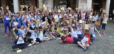 Gli alunni delle S.Agnese in piazza Grande con l'assess. Cavazza
