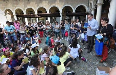 L'assess Cavazza con gli alunni delle S.Agnese