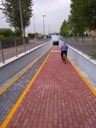 Un ciclista sulla rampa verso l'ingresso del sottopasso
