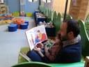 papà legge a bimba spazio bebè  biblioteca Delfini.jpg