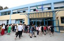 I bambini che entrano nella scuola rinnovata