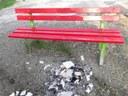 Il rogo ai piedi della panchina rossa
