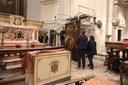 Un dipinto che viene riposizionato nella chiesa del Voto