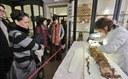 il pubblico assiste ai musei civici al restauro della mummia.jpg