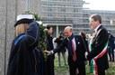 L'ambasciatore Lewis M. Eisenberg e il sindaco Gian Carlo Muzzarelli durante la posa della corona
