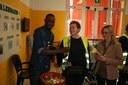 I migranti offrono mimose al Ramazzini