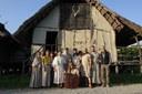 terramara staff con costumi età del bronzo.jpg
