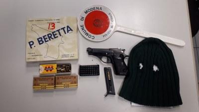 Nell'immagine scattata al Comando dopo la rapina, la pistola, il passamontagna e scatole di munizioni