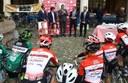 Verso il Giro, la consegna delle figurine con i giovani ciclisti delle società sportive
