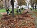 volontari curano area verde 2.jpg