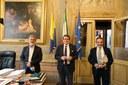 Il sindaco di Modena Gian Carlo Muzzarelli, al centro, con i due direttori: a sinistra, Antonio Brambilla (Ausl) e, a destra, Claudio Vagnini (Azienda ospedaliera e universitaria)