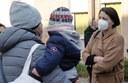 L'assessora Baracchi all'ingresso di una scuola d'infanzia con un genitore