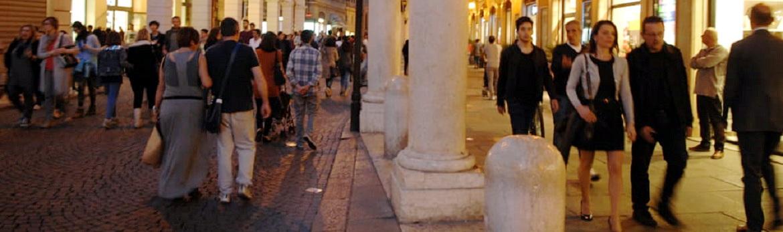 POPOLAZIONE: •Residenti a Modena n. 186307 •Stranieri residenti 15,4% •Densità abitativa n. 1015 (abit./Km)